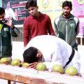 巴基斯坦男子用铁头功1分钟敲碎43个椰子