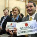 """中国发放""""绿卡""""大幅增加 美媒:外国人仍难拿卡"""
