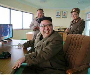 金正恩参观新型高功率火箭发动机地上点火试验