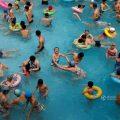平壤人的周末 泳池扎堆戏水一片欢乐
