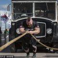 """英国男子获""""最强壮男人""""称号 可拖8吨重车"""