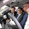 """这辆汽车""""牛""""在哪 李克强和比利时首相同时登乘体验"""