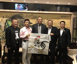 中国书画收藏家协会副会长高虹向王志民会长赠送名家作品