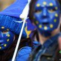 英国民众戴面具聚集在议会大厦外抗议脱欧