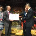 李少霞代表湄洲妈祖祖庙向王志民会长及夫人恭送妈祖圣像