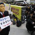 """韩国人戴安倍面具在日使馆前""""谢罪"""":我错了"""