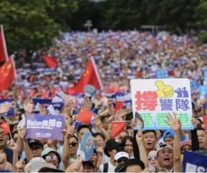 """香港16万人冒雨上街""""撑警察"""":梁家辉、谭咏麟等艺人到场支持"""