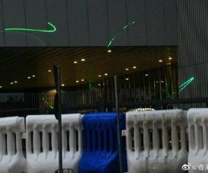 挑衅!乱港分子用激光灯照射驻港部队大楼