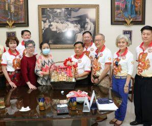 泰国王氏宗亲总会看望荣誉理事长王俊豪母亲