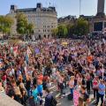 """英国疫情警戒提高至四级 伦敦却爆发""""不要口罩""""抗议"""