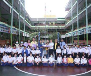 泰国中国和平统一促进总会向Lumpini小学捐赠衣物