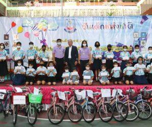 泰国统促会王志民会长向Suanlimpini小学学生颁发奖学金