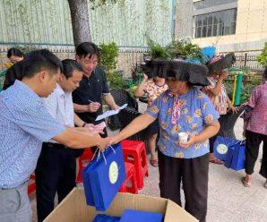泰国统促会荣誉会长莫杰锋向大洲村老人致赠月饼与慰问金